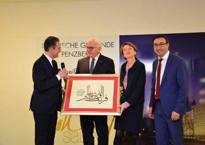 Als Gastgeschenk wird der Name des Bundespräsidenten in arabischer Kalligrafie überreicht