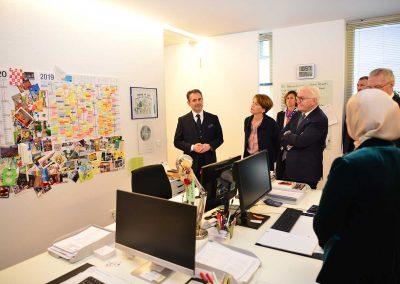 Im Büro und vor dem Terminkalender des Islamischen Forums
