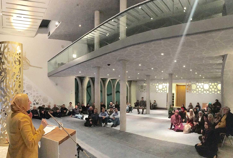 Vortrag einer Frau in der Penzberger Moschee